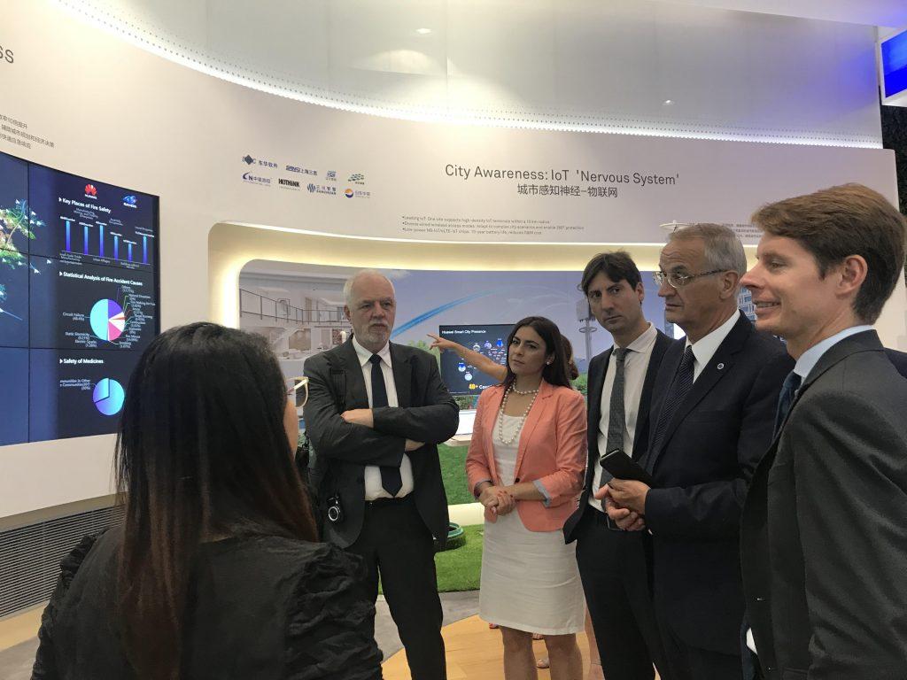 Gabriela Zoana in vizita la sediul Huawei din Shenzhen