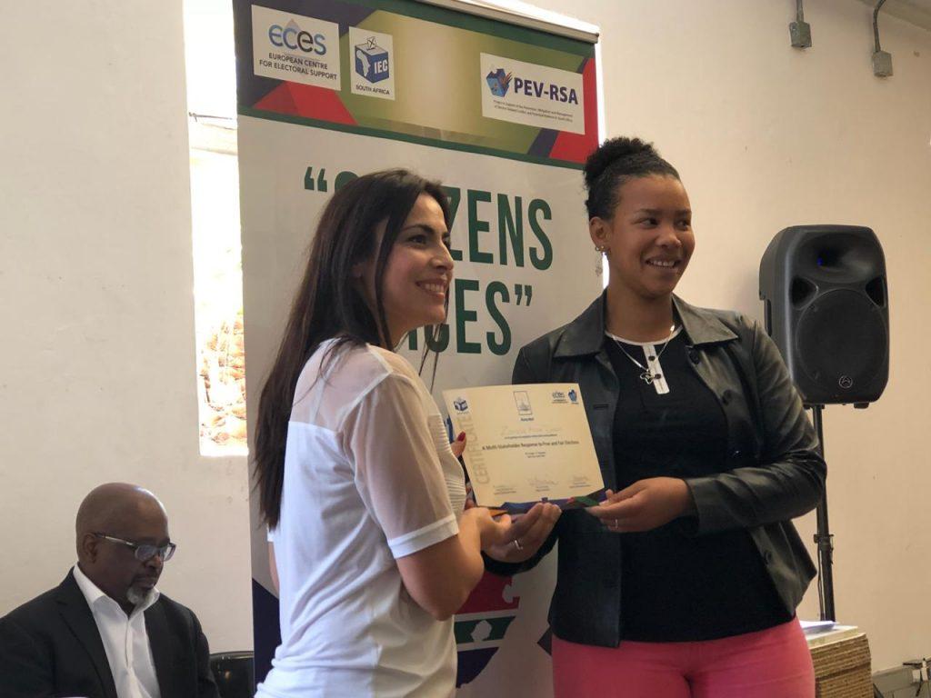 Gabriela Zoana primind o diploma in Africa de Sud